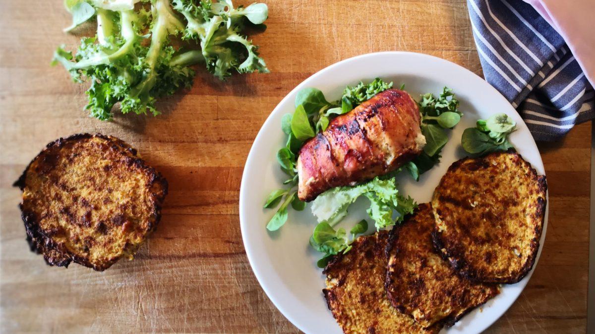 Baconindpakket kyllingebryst med blomkålsrösti