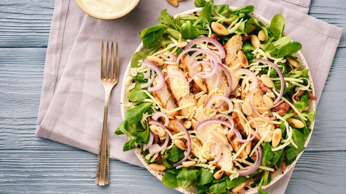 Kylling og baconsalat med karrydressing