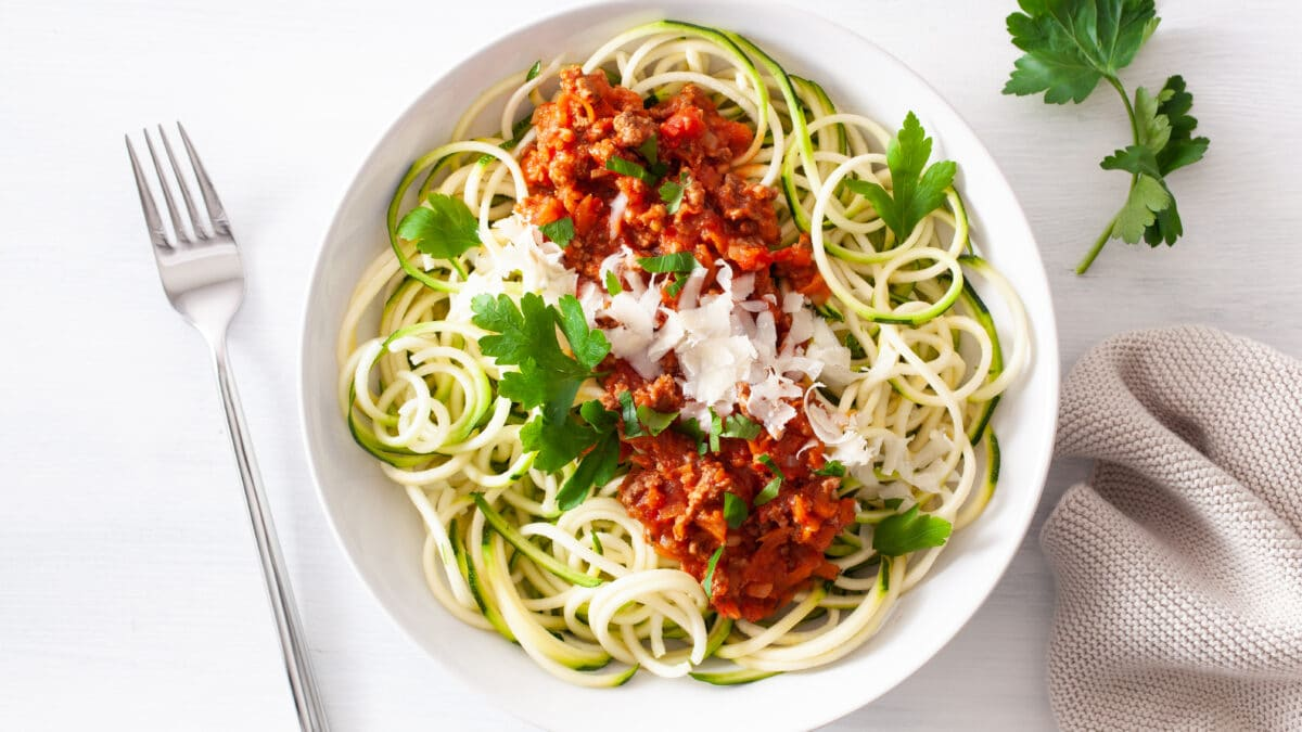 Zucchinipasta med kødsovs