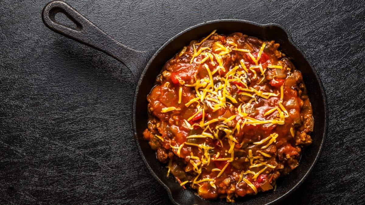 Bønneløs chili con carne med salami