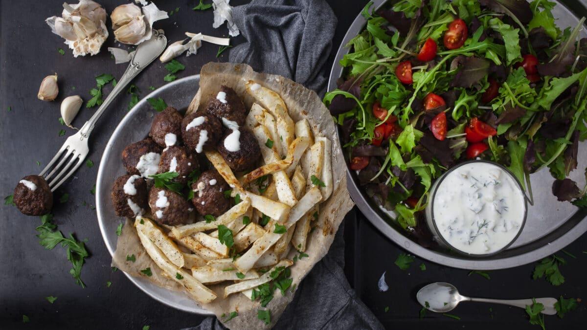 Græske frikadeller med soltørrede tomater og feta