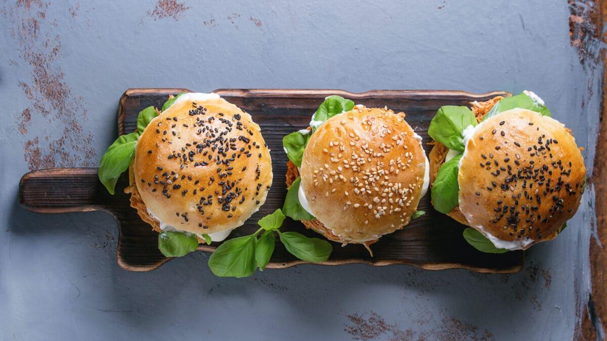 Keto burger af langtidsstegt kylling og coleslaw