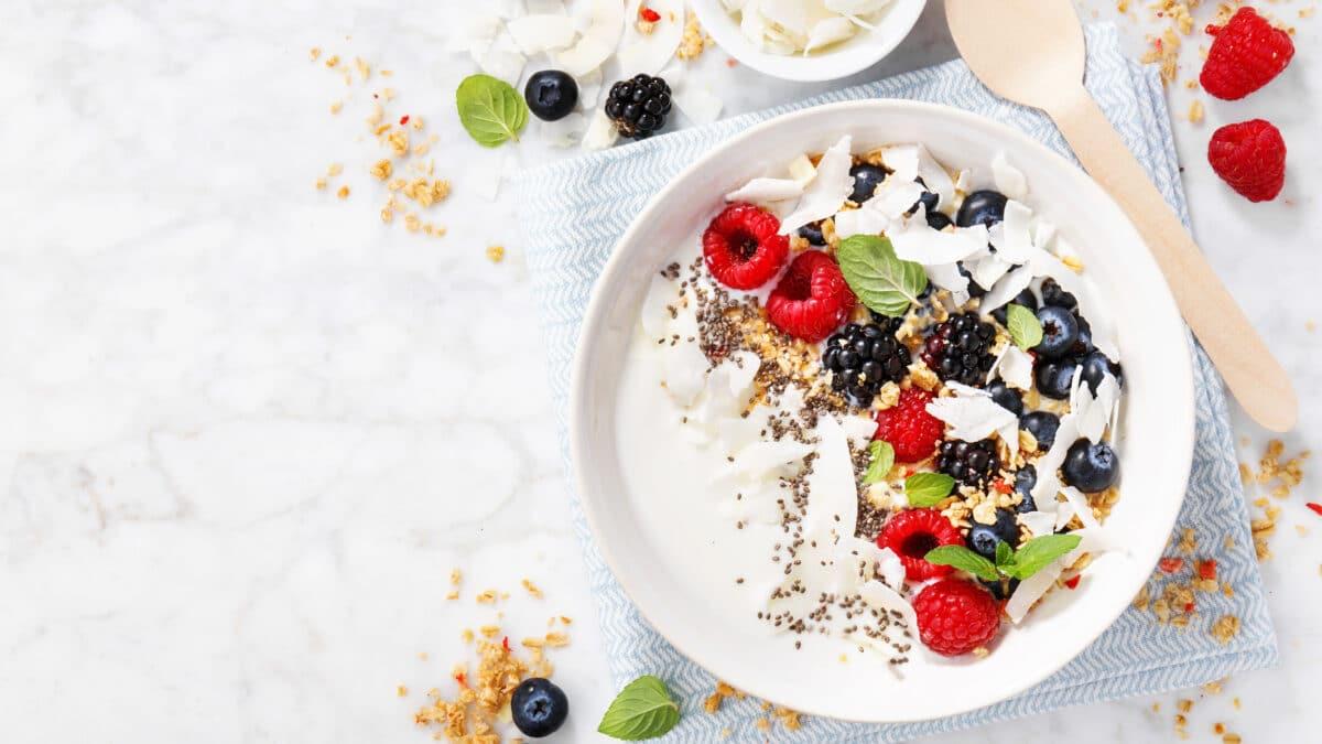 Græsk yoghurt 10% med bær, kerner og mørk chokolade