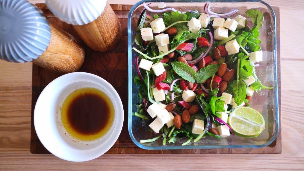 Rabarbersalat med mandler og feta