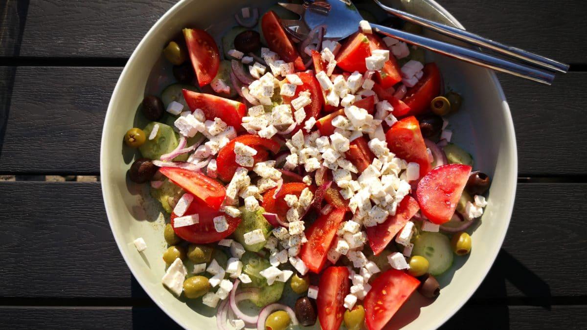 Græsk salat og koteletter i hvidløgssmør