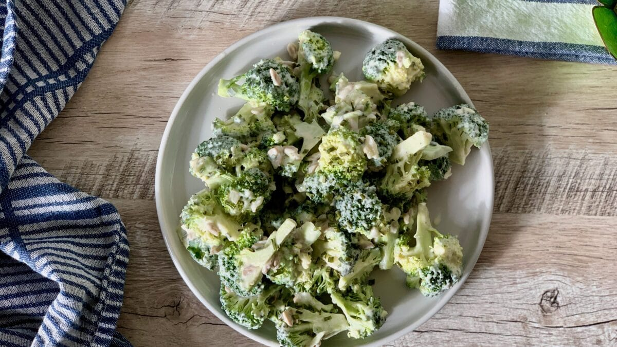 Nem og god broccolisalat