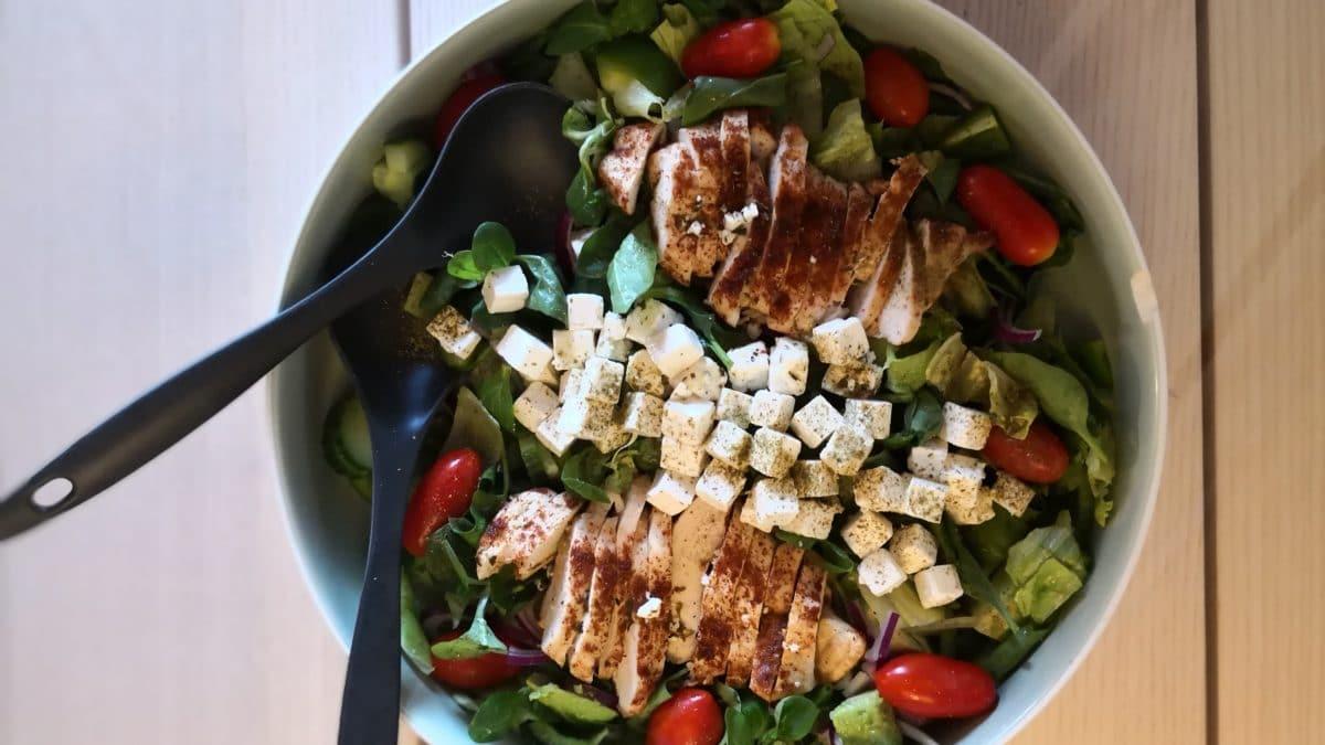 Salat med kylling, avocado og feta