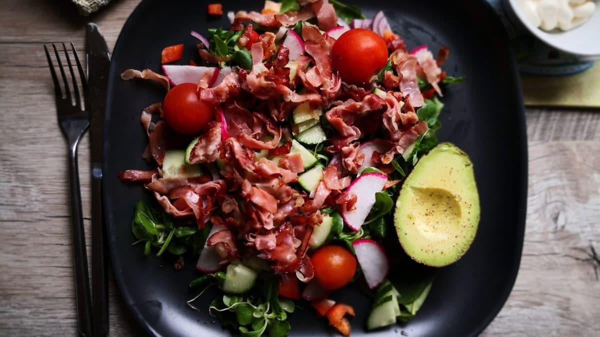 Salat med serranoskinke og mozzarella