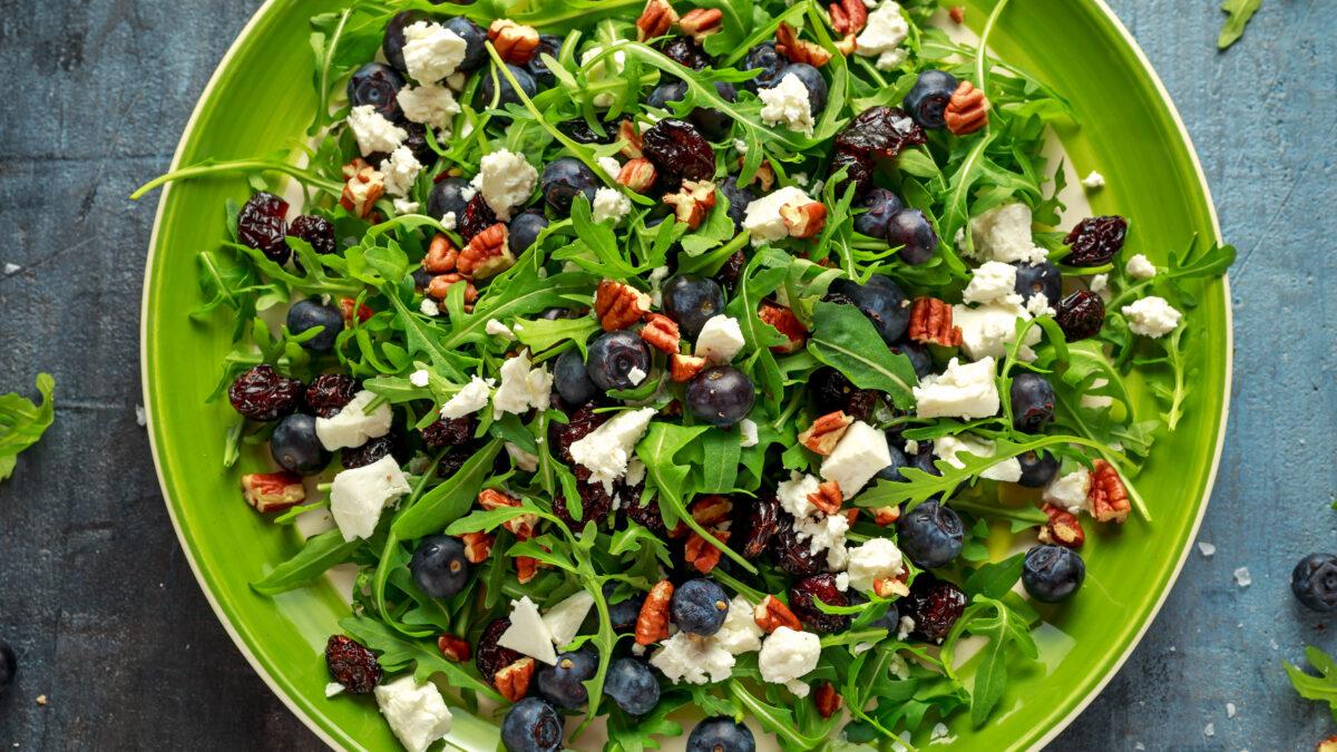 Spinatsalat med blåbær, nødder og feta
