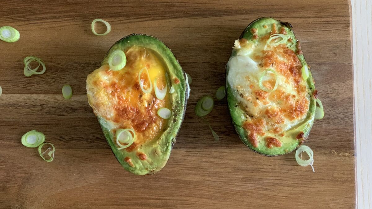 Avocado båd med æg og ost