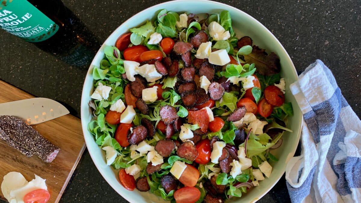 Spinatsalat med mozzarella, tomater og pepperoni
