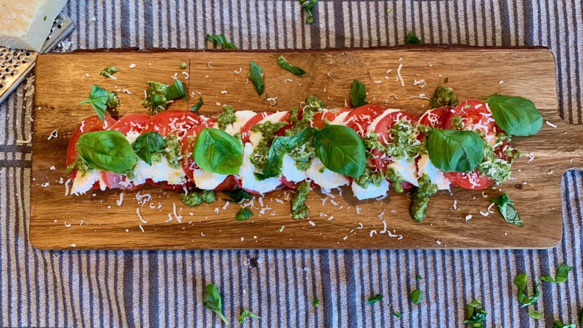 Simpel mozzarellasalat med pesto