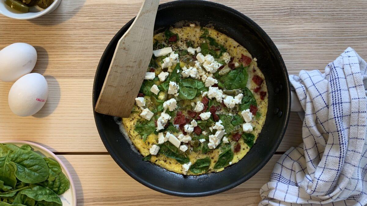 Hurtig æggekage med spinat og feta