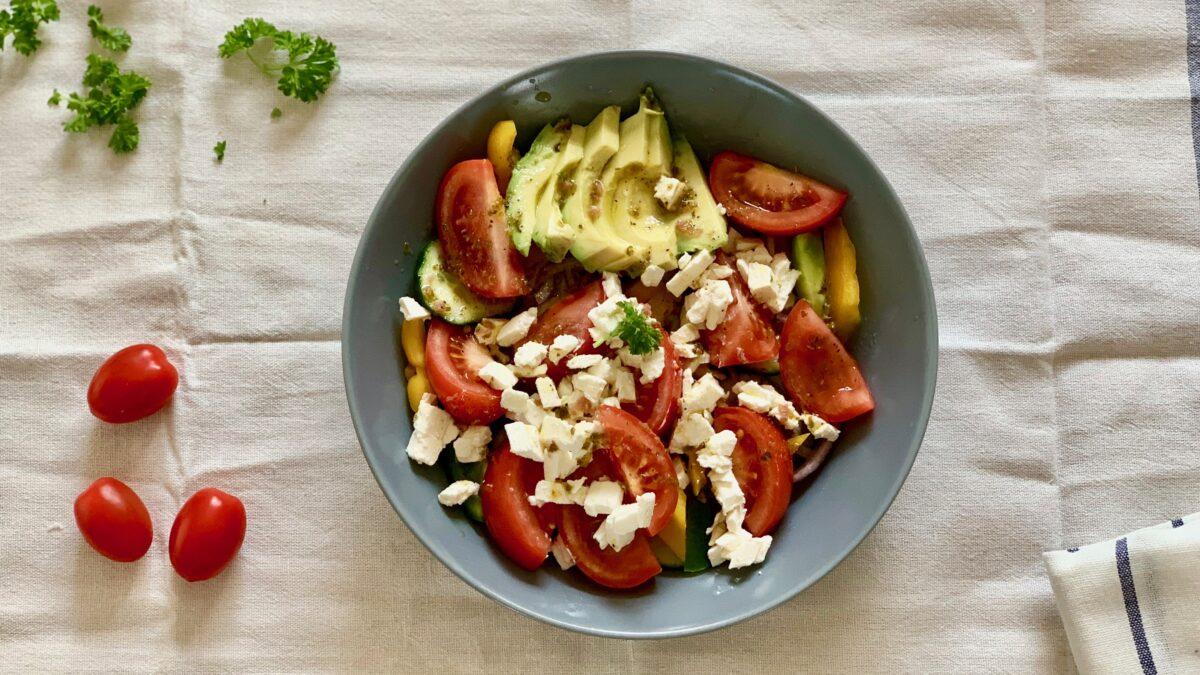 Avocado græsk salat med dressing