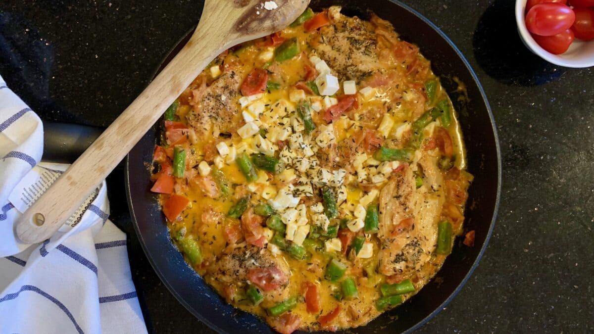 Kyllingekasserolle med asparges og feta med bagte blomkålsbuketter