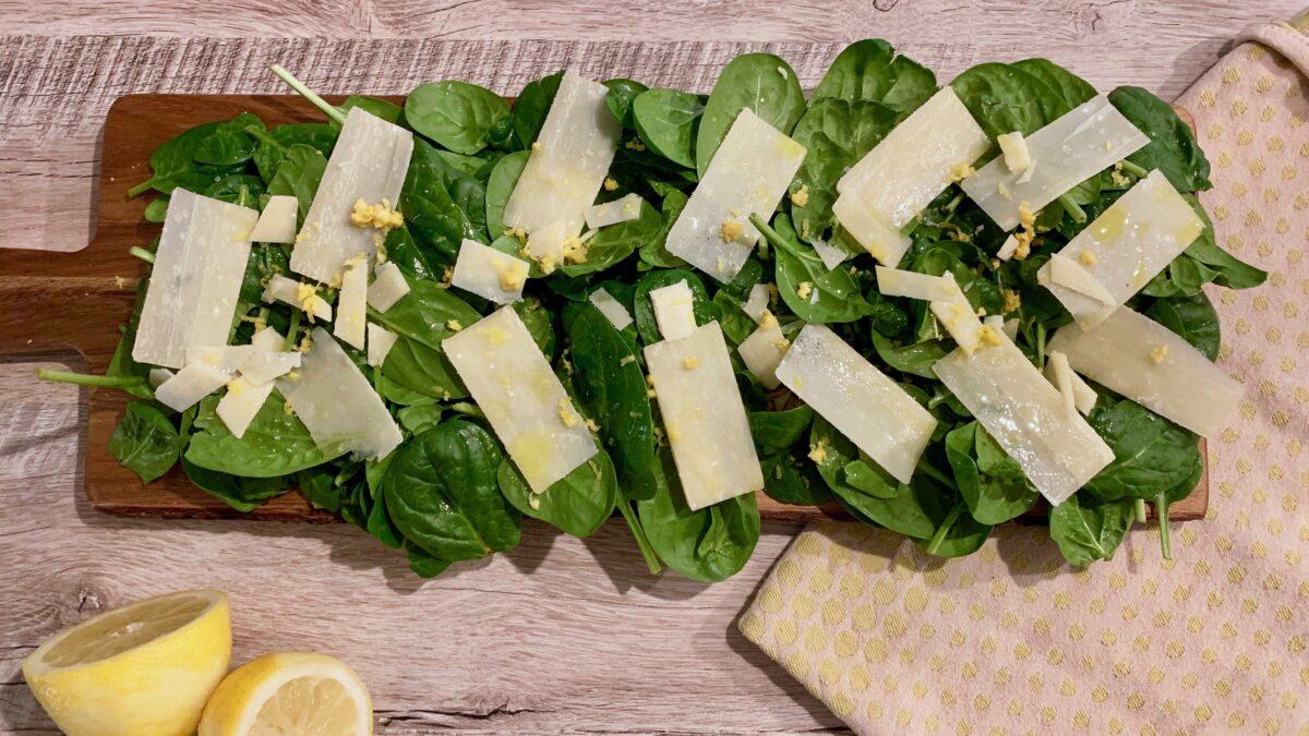 Spinatsalat med citron og parmesan