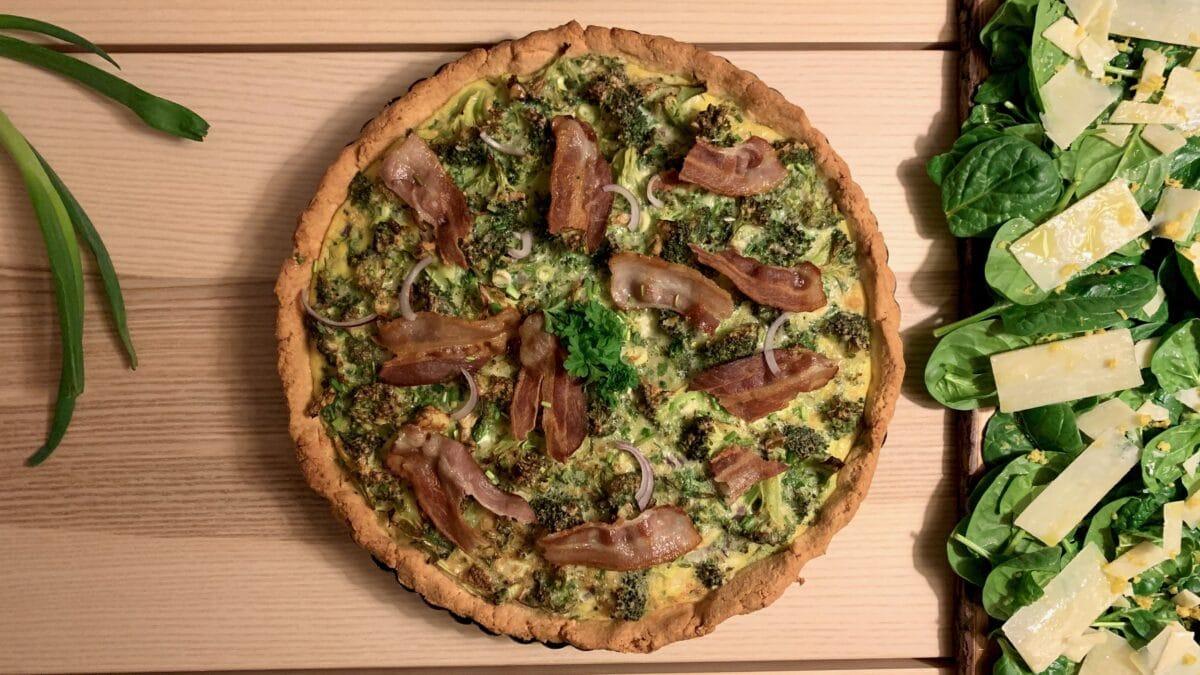 Broccoli bacon tærte med spinatsalat og citronskal