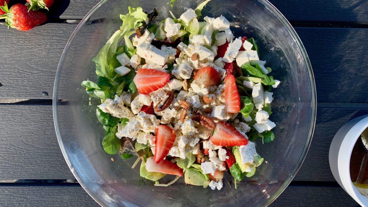 Sommerlig salat med jordbær og feta