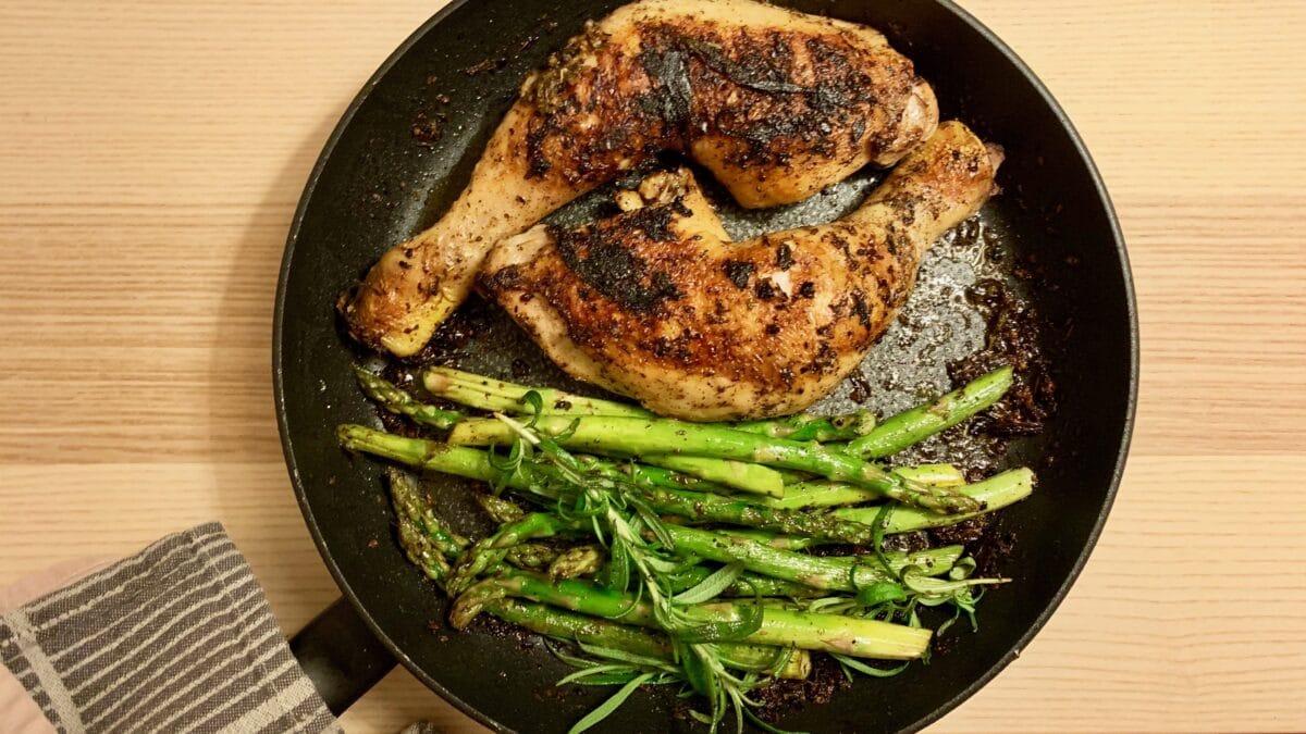 Hvidløgsmarineret kyllingelår med asparges