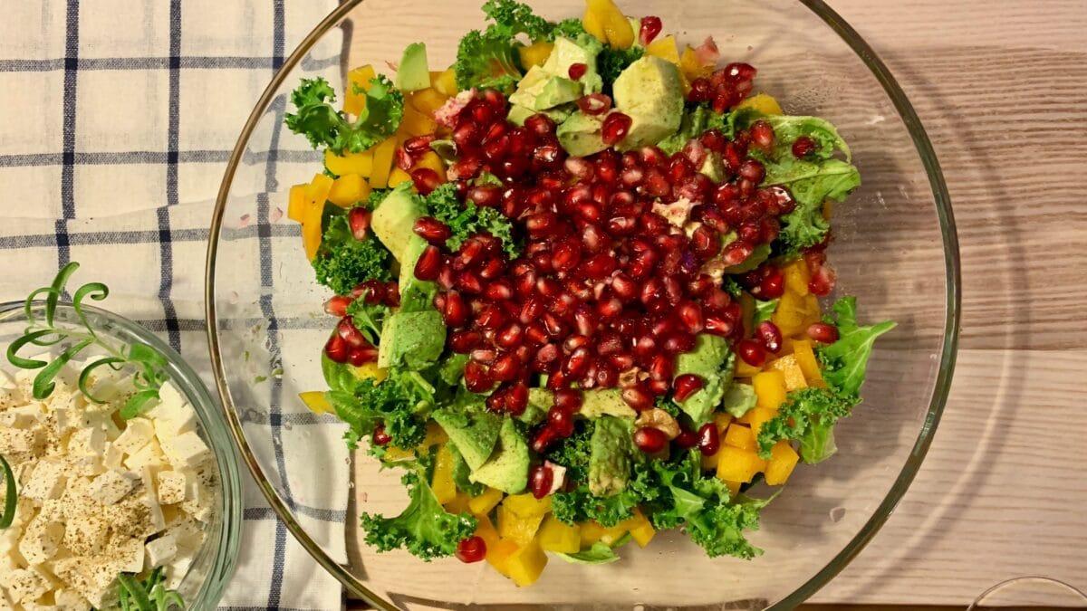 Salat med grønkål, granatæble og feta