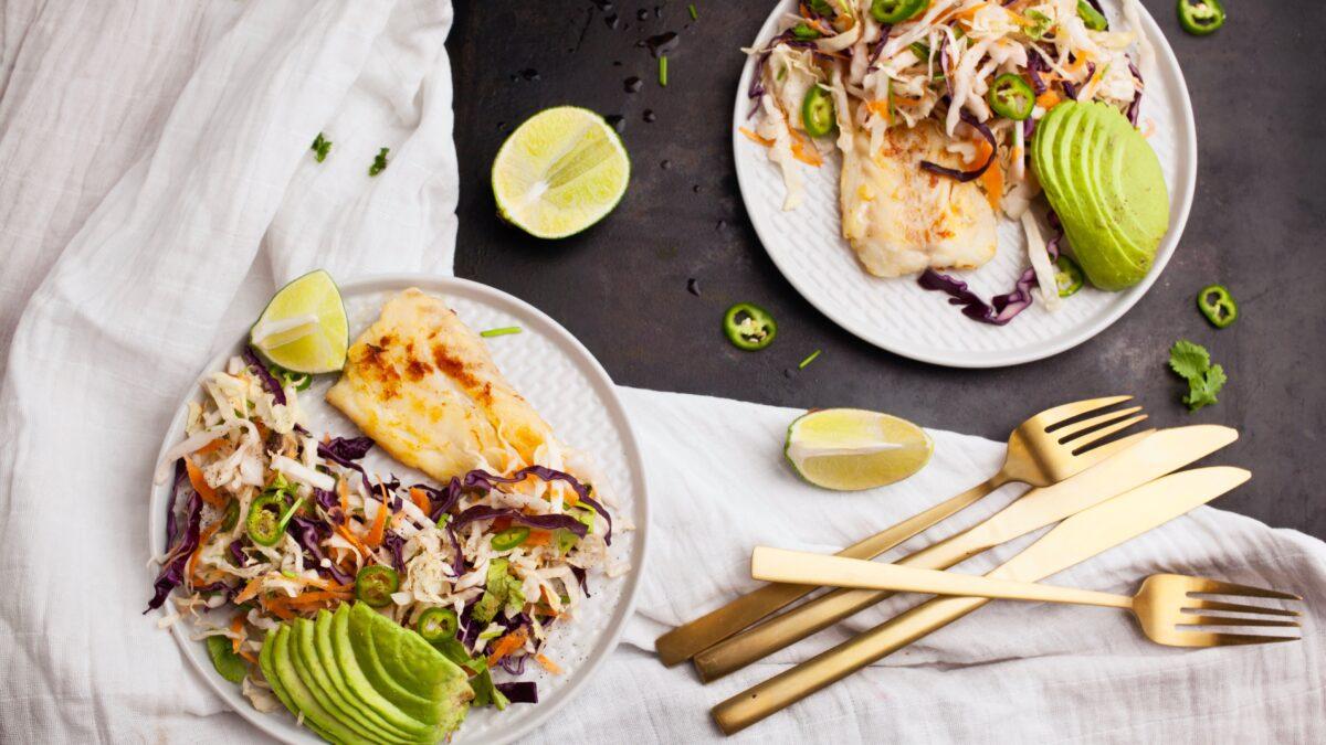 Torsk med coleslaw og avocado