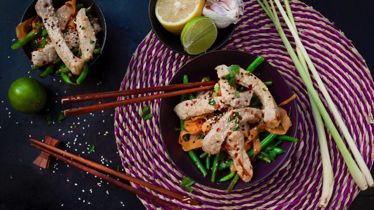 Wok med svinemørbrad og grønsager stegt i kokosmælk