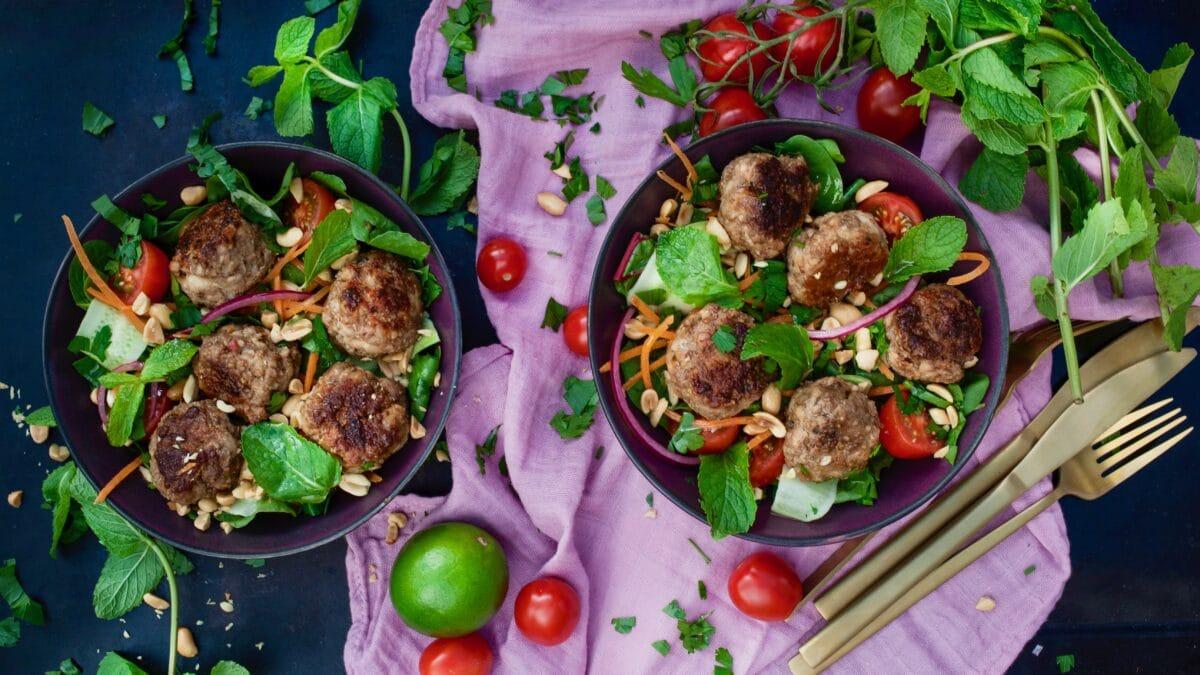Thai kødboller med lækker peanut salat med mynte og koriander