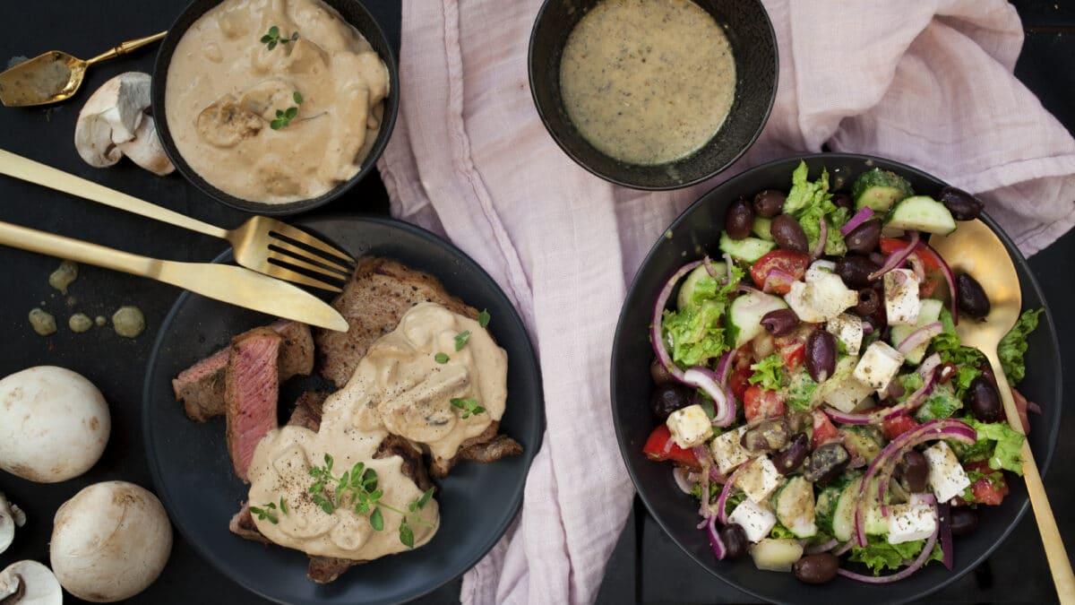 Bøf med champignonsovs og græsk salat