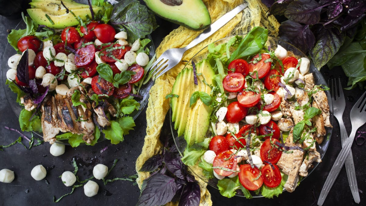 Kyllinge avocado Caprese-salat