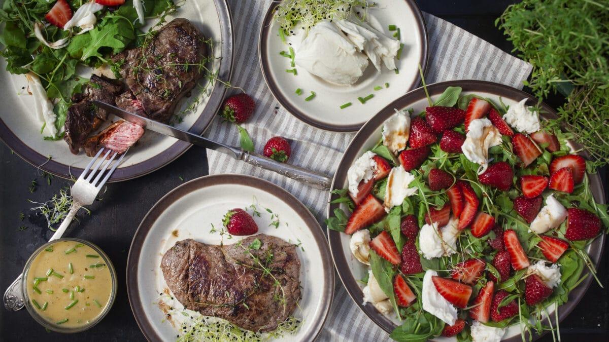 Jordbær Caprese med steak og den bedste steaksauce