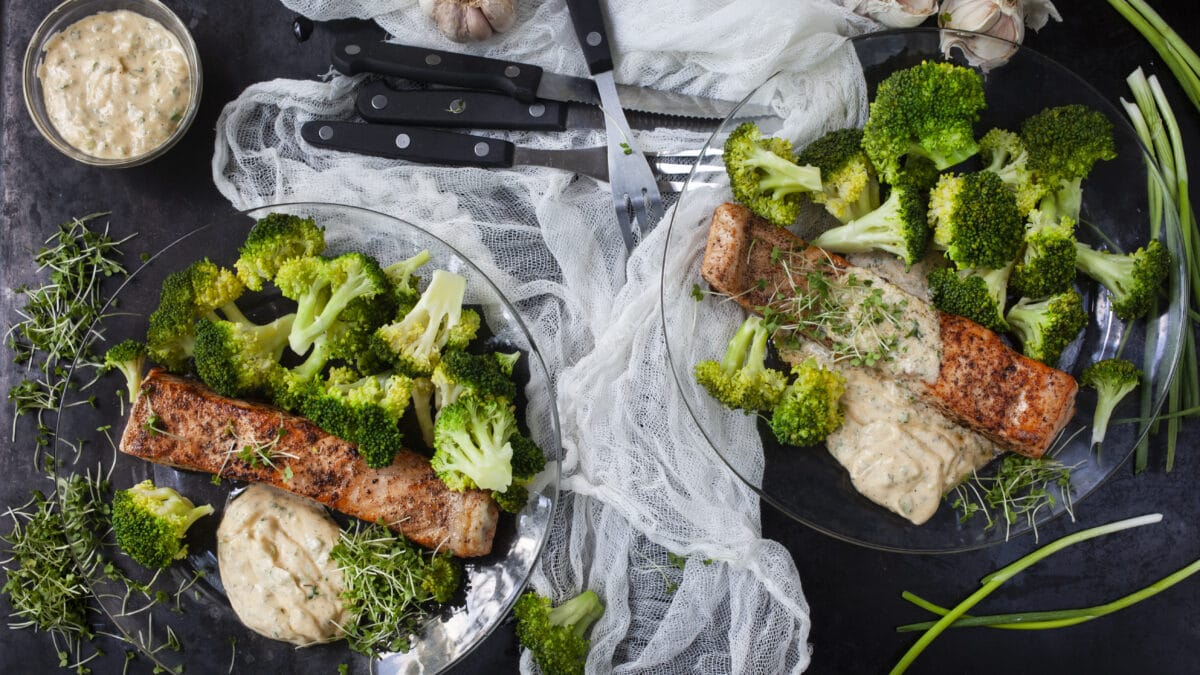 Laks med stegt broccoli og krydderurte smørsovs