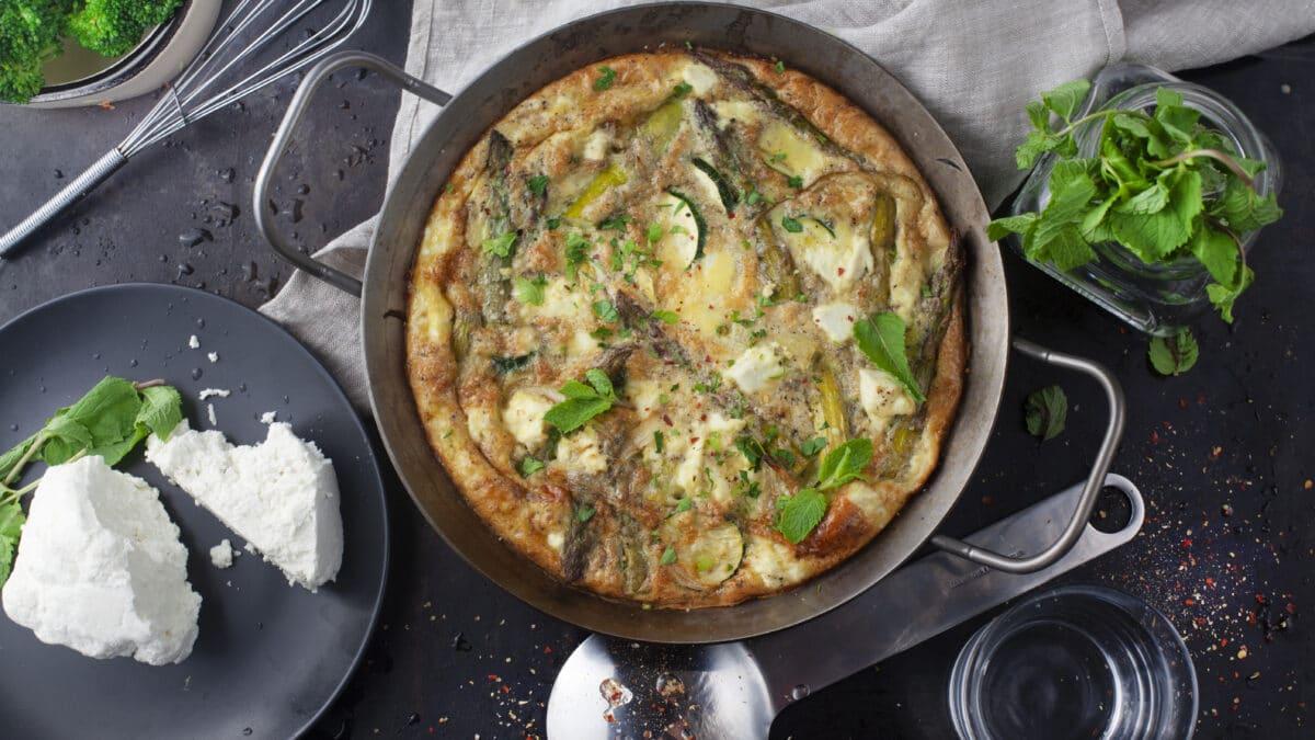 Efterårs omelet med feta, asparges og mynte