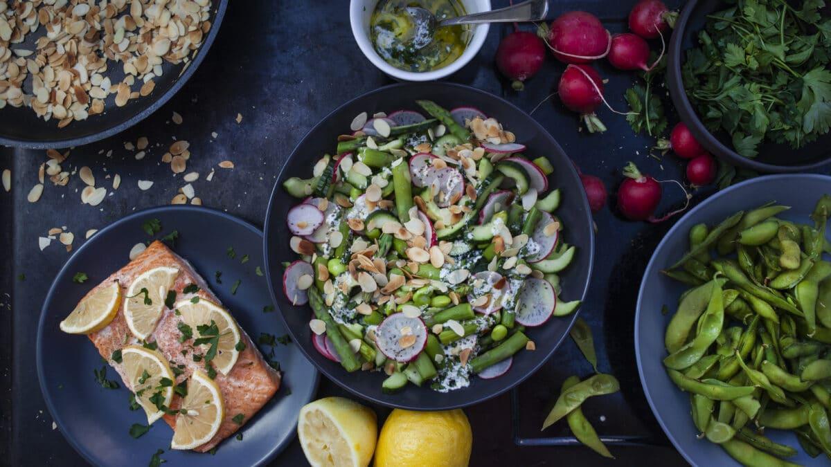 Laks med aspargessalat med splintrede mandler og chiafrø