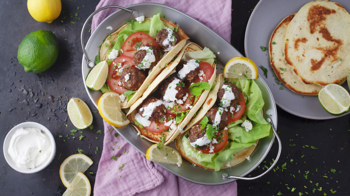 Græske kødboller i lækre pandekager af hytteost