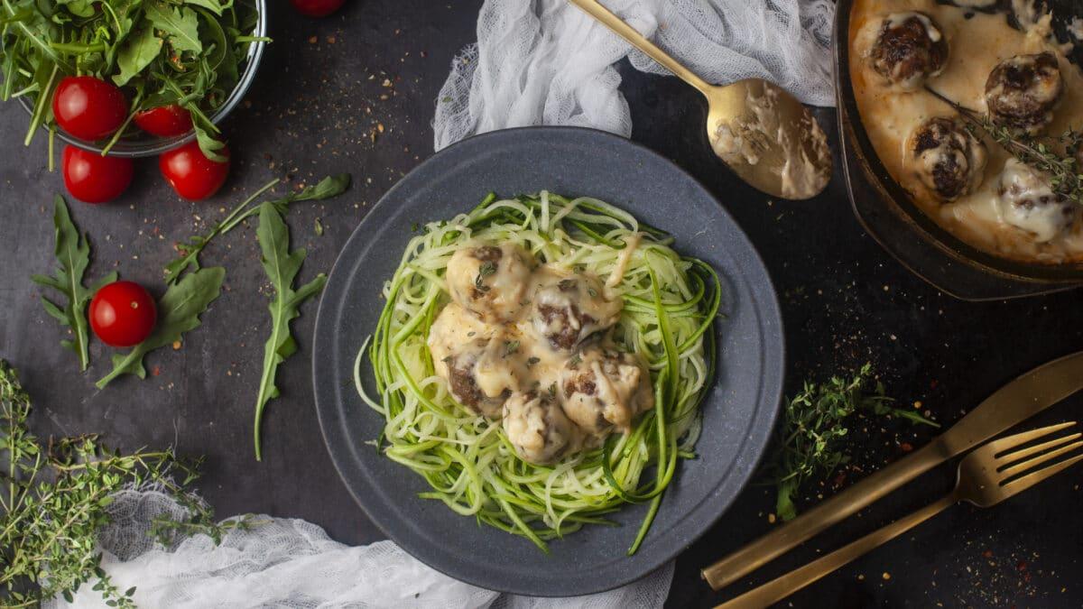 Kødboller i parmesansovs med squash nudler