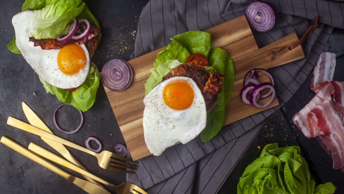 15 min Keto burger med spejlæg og bacon