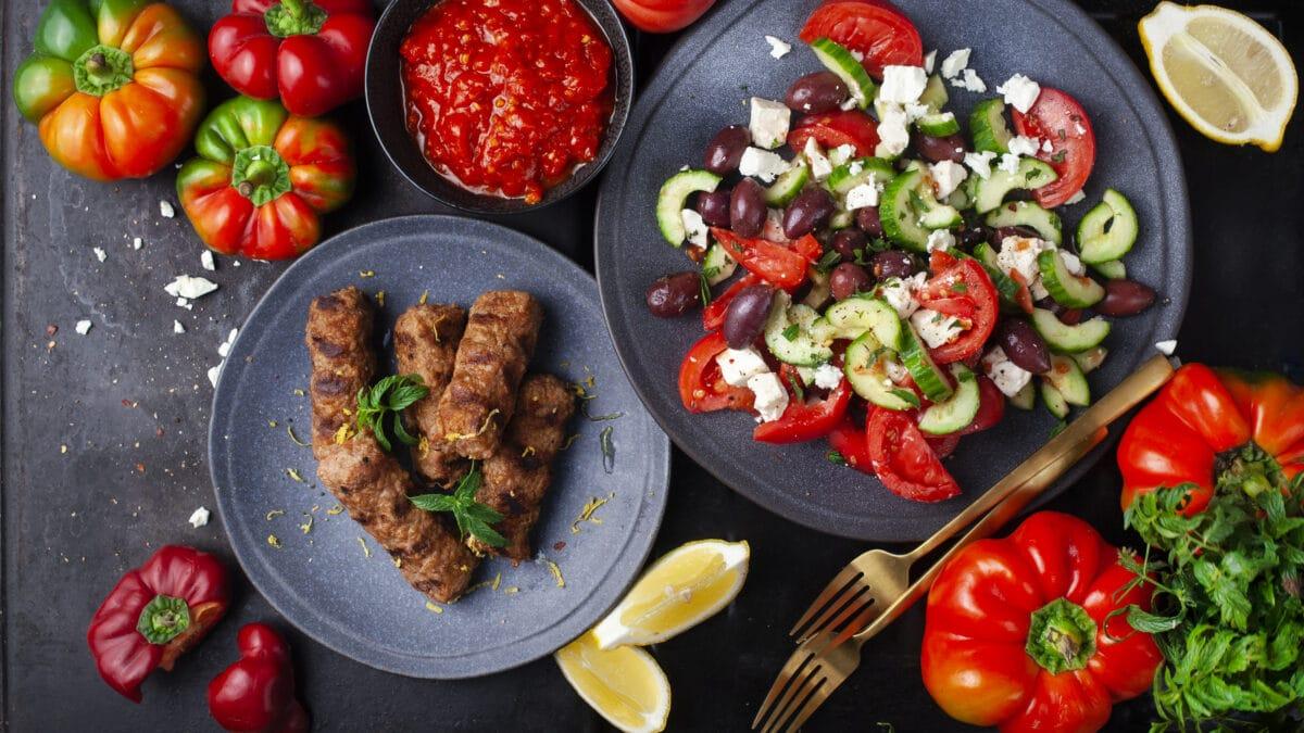Sis köfte med græsk salat og haidari