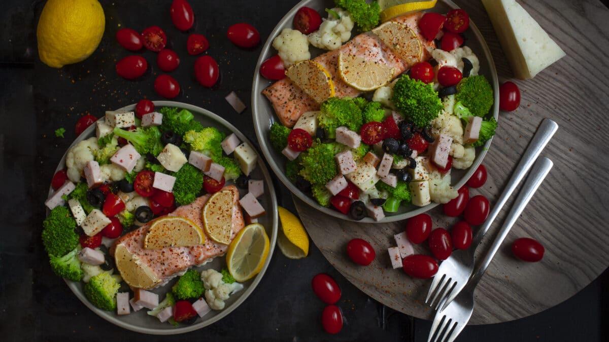 Broccoli blomkåls salat med skinke, mozzarella og parmesan