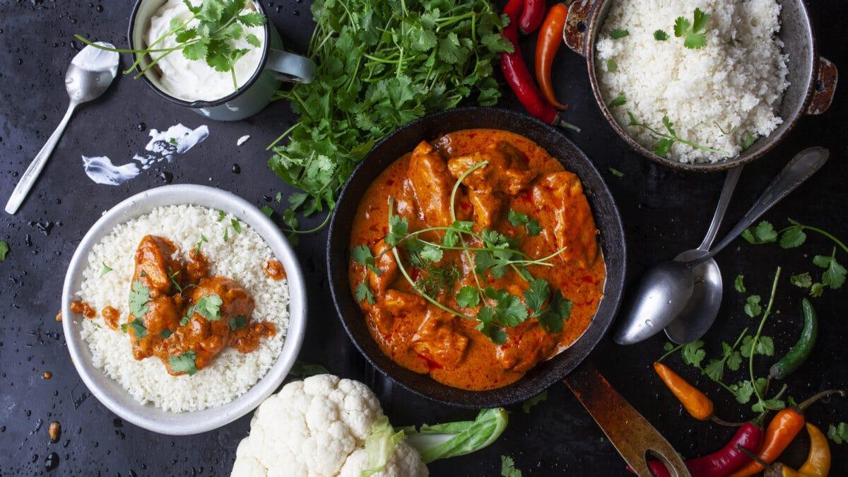 Dag to: Indisk chicken korma med krydret raita