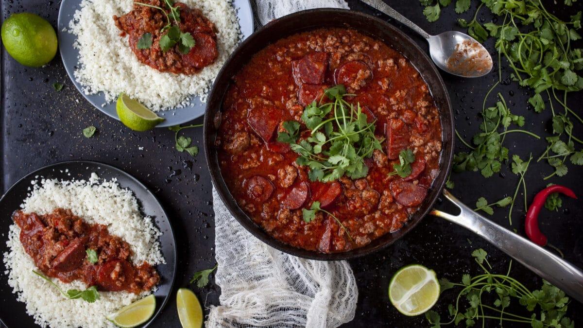 Mexikansk gryderet med oksekød med en grov tomatsalsa til