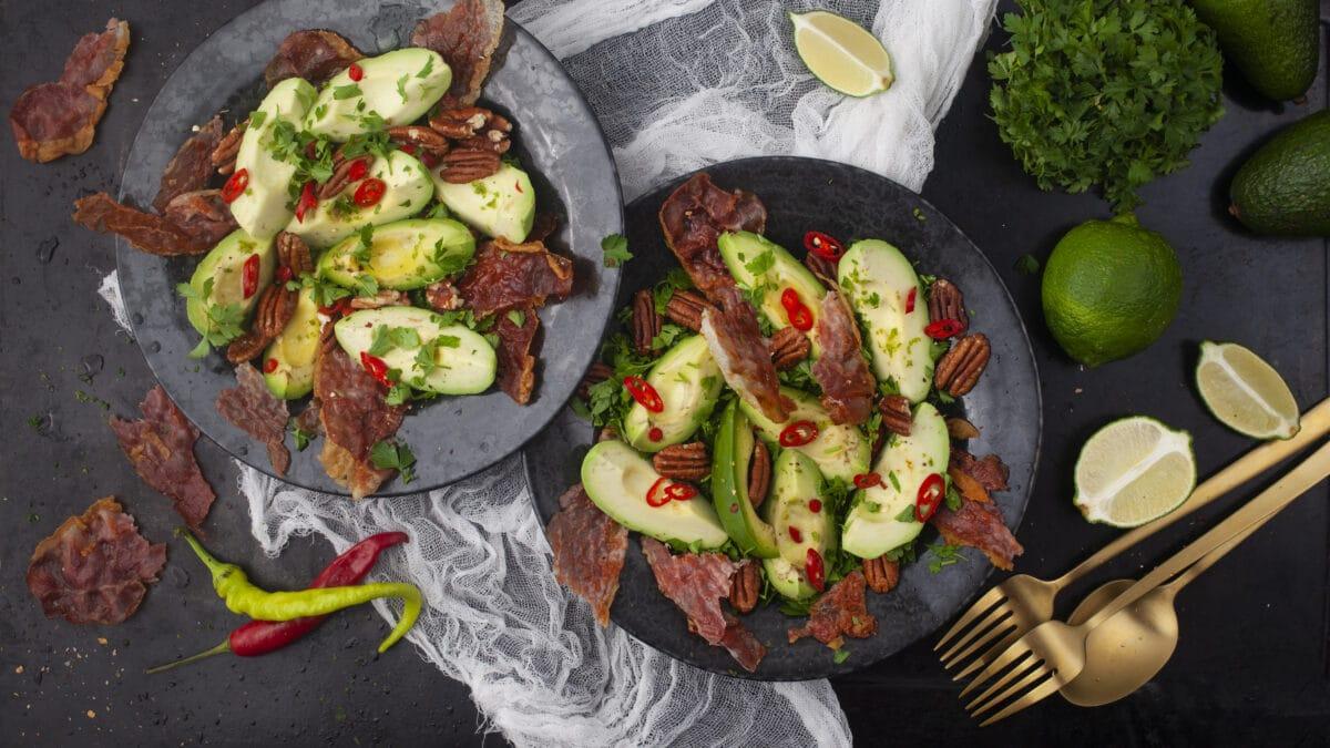 Avocado, porchetta og pekansalat med valgfrit kød