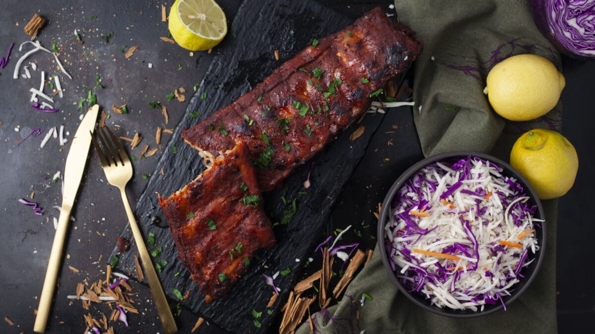 Perfekte spareribs med simpel coleslaw