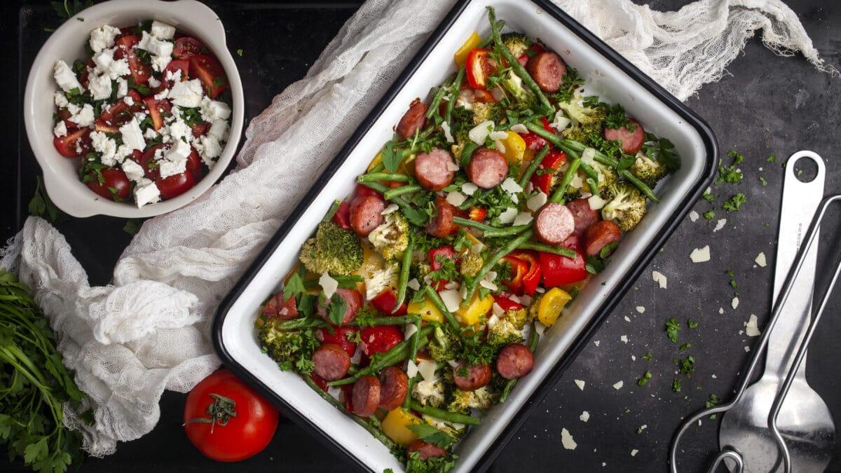 Bagte grøntsager med pølse, samt tomatsalat med feta