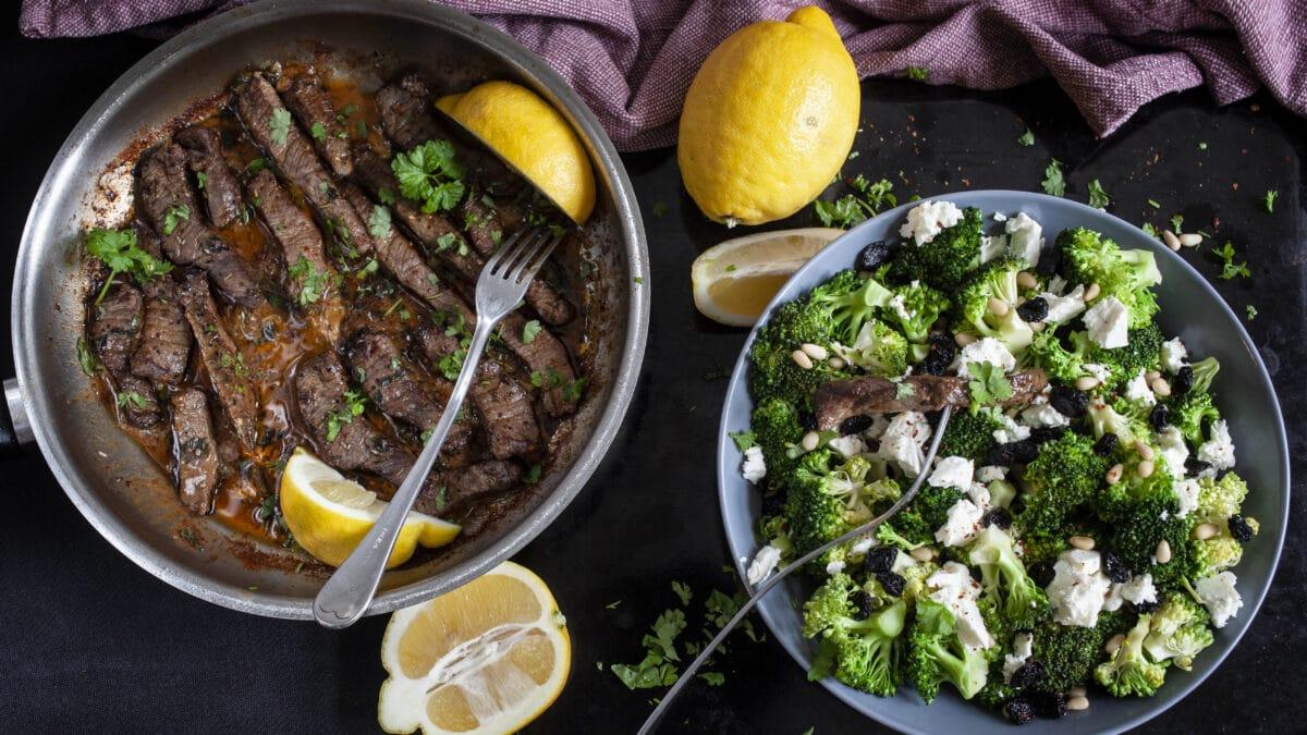 Pandestegt flankesteak med smørsovs og broccolisalat