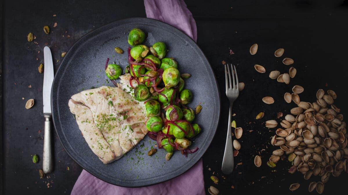 Grillede havbars med karamelliserede rosenkål og pistacienødder
