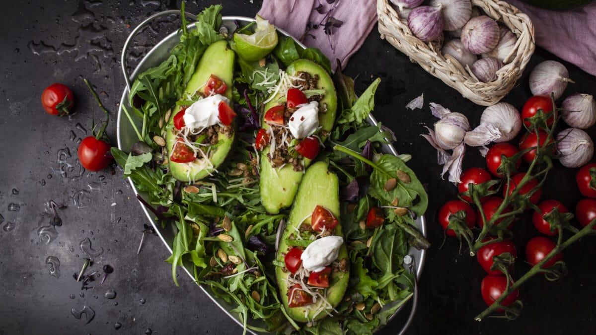 Avocadobåde med tacokød på grøn salatbund