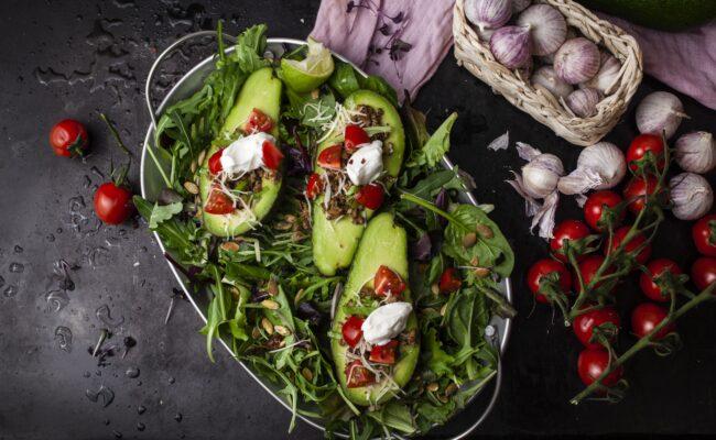 ketoliv-Avocadobåde med tacokød på grøn salatbund-overview
