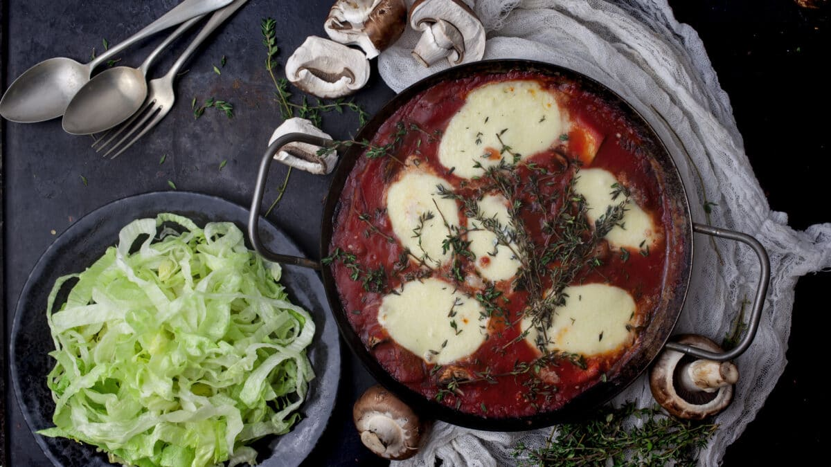 Kylling i fad med mozzarella, spinat og kålpasta