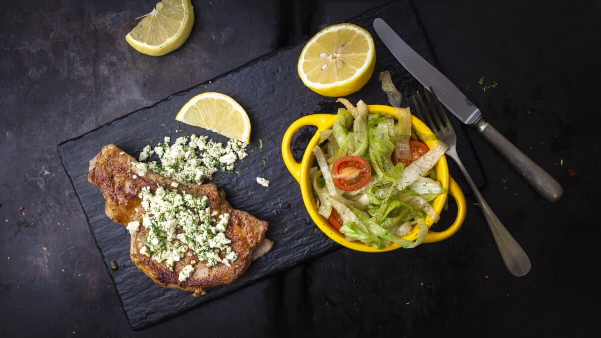 Lækker skinkeschnitzel med feta og blandet salat