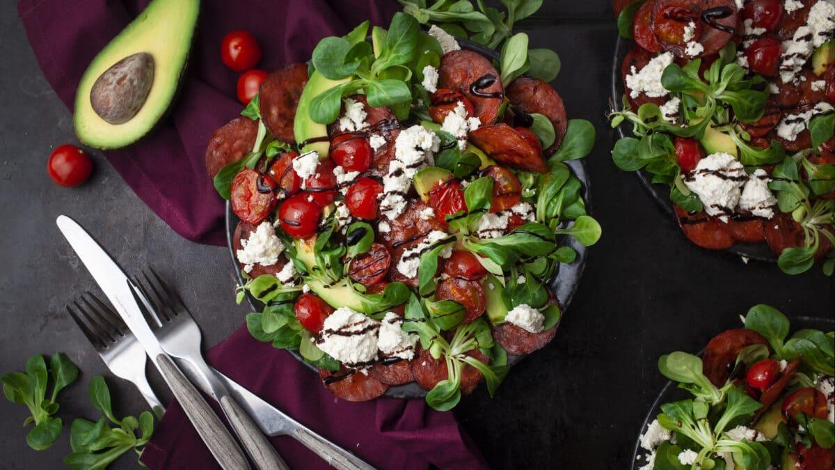 Ristet chorizo, avocado og feta salat